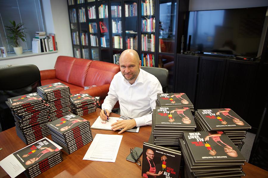 """Richard Sulík - Podpisovanie kníh """"Fešák nie som ale variť viem!"""" (2015)."""