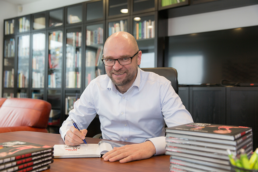 """Richard Sulík pri podpisovaní svojich kníh """"Fešák nie som ale variť viem!"""" (2015)."""