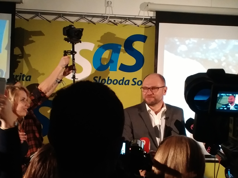 Richard Sulík počas volebnej noci 2016 v centrále strany SaS.