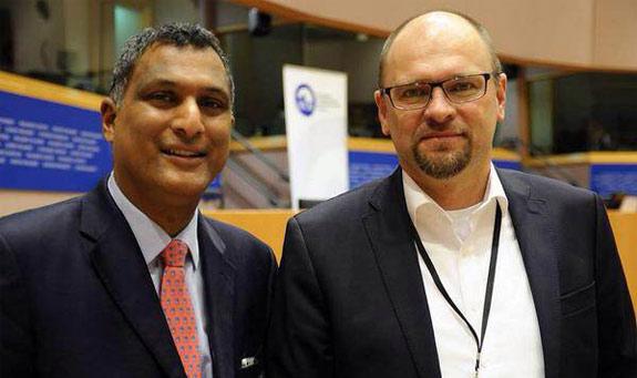 Richard Sulík so Syedom Kamallom, predsedom Skupiny Európskych konzervatívcov areformistov (ECR) po jeho oficiálnom prijatí za nového člena, Europarlament, 8.10.2014