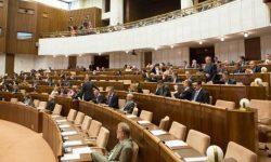 Prázdne parlamentné kreslá – návrh, ktorý je vhodné domyslieť