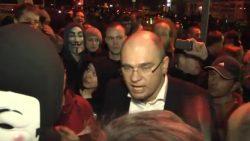 Demonštrácia pred Liberálnym domom strany SaS | Sulík vošiel medzi demonštrantov